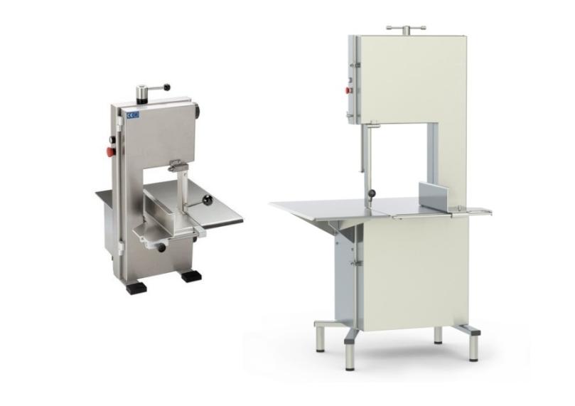 Dwie piły taśmowe firmy MEDOC. Po lewej stronie piła do małych zakładów oraz gastronomii, stawiana na stół lub podstawę - model ST200. Po prawej stronie piła taśmowa stojąca, dla zakładów przemysłowych - model STL480.